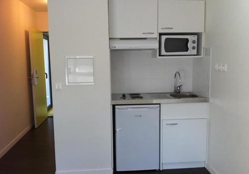Changer ses meubles de cuisine fourniture et pose de cuisine pas cher for Petite cuisine equipe