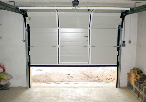 Installer une porte de garage manuelle ou electrique a for Installer chatiere porte garage
