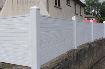 Installation d\'une cloture exterieure : pose de cloture PVC ...